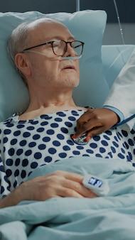 Médecin afro-américain utilisant un stéthoscope sur un patient malade