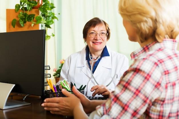 Médecin âgé ayant de bonnes nouvelles pour un patient