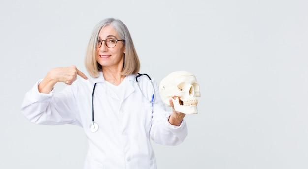 Médecin d'âge moyen femme tenant un crâne
