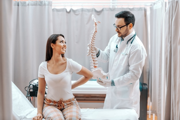 Médecin aidant son patient.