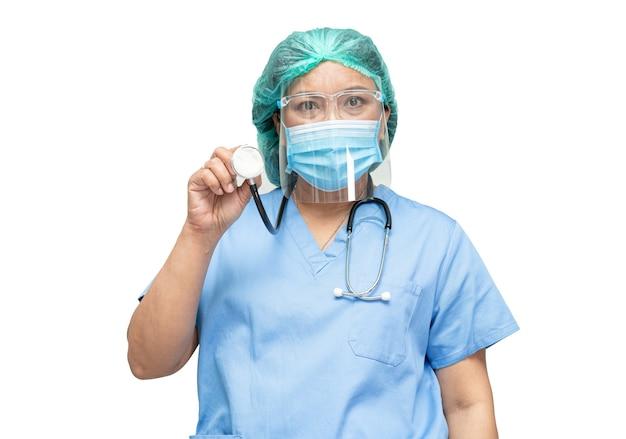 Médecin asiatique portant un masque, un écran facial et une combinaison epi.