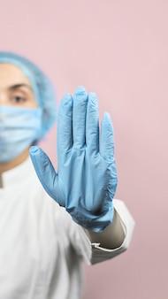 Médecin et bénévole pour covid-19. alerte au corona virus