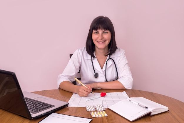 Médecin cardiologue souriant au lieu de travail en clinique