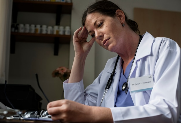 Un médecin caucasien pensif