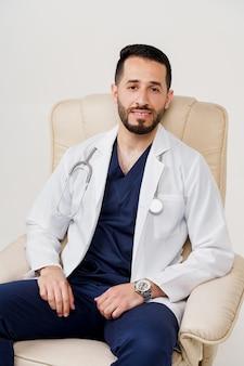 Médecin chirurgien arabe en robe médicale avec sièges phonendoscope en fauteuil
