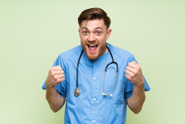 Médecin chirurgien célébrant une victoire