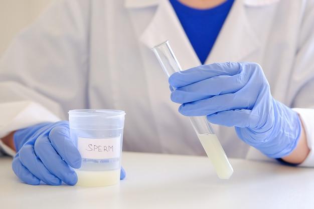 Le médecin de la clinique fournit une analyse de sperme.