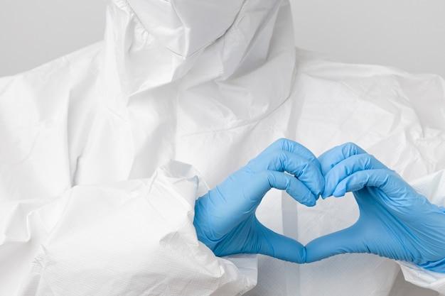 Médecin en combinaison epi de protection contre les risques biologiques et masque facial de protection contre le coronavirus, sars-cov-2