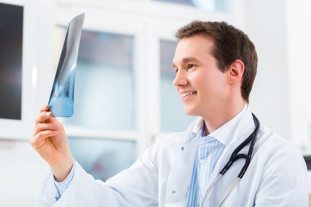 Un médecin compétent analyse une image radiographique