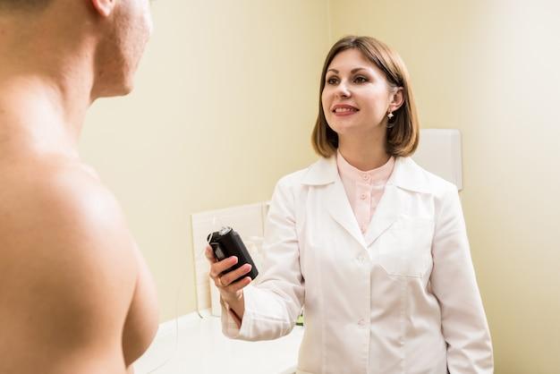 Le médecin connecte une pompe à insuline à un patient diabétique. concept de diabète.