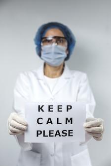 Médecin avec conseil de ne pas obtenir covid-19. concept de santé