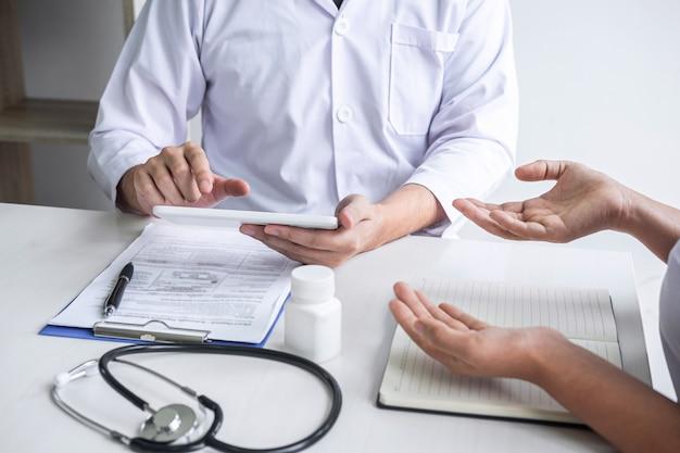 Médecin consultant en consultation avec le patient et vérifiant son état pathologique tout en présentant les résultats du diagnostic, en examinant le problème de la maladie et en recommandant la méthode de traitement, soins de santé et médicaux
