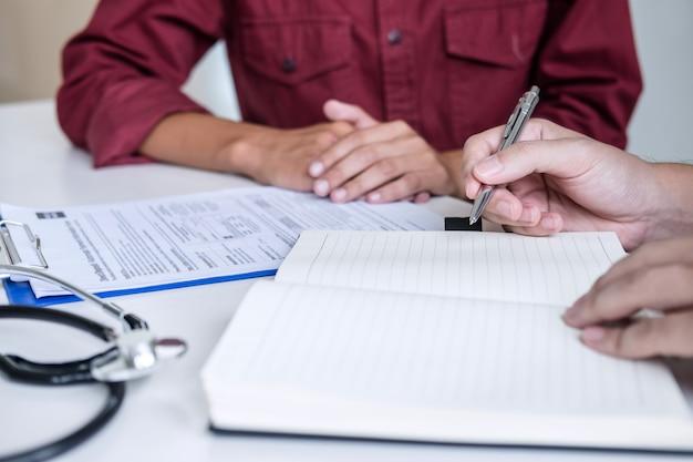 Médecin consultant patient discute de quelque chose et recommande la méthode de traitement