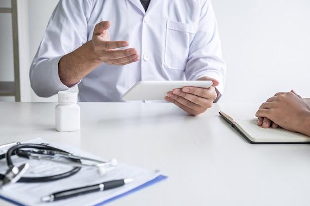 Médecin consultant le patient et présentant les résultats, symptôme de diagnostic examinant le problème