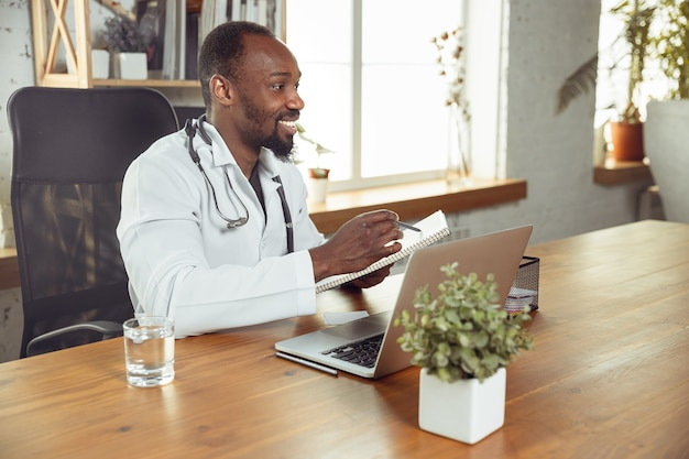 Médecin consultant pour patient en ligne avec ordinateur portable