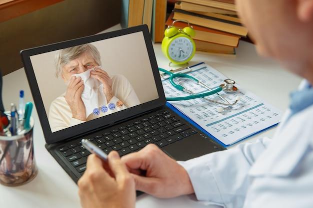 Le médecin consulte une femme âgée malade. travaillez en ligne.