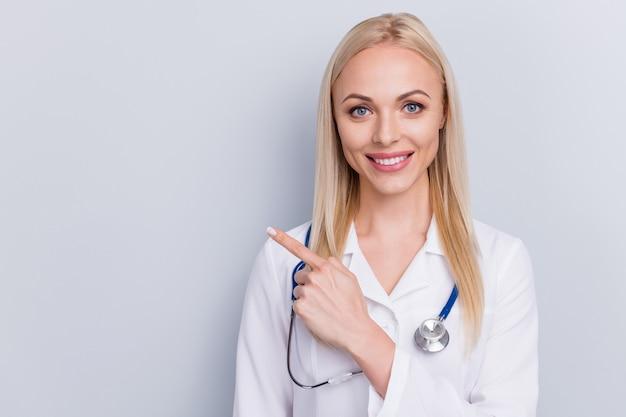 Médecin en costume blanc et stéthoscope