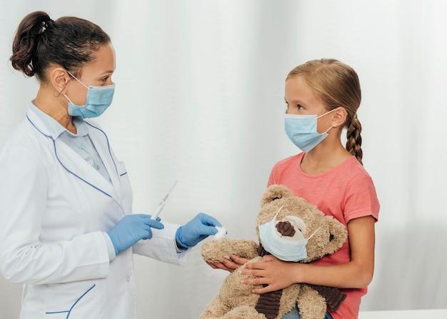 Médecin coup moyen tenant la seringue