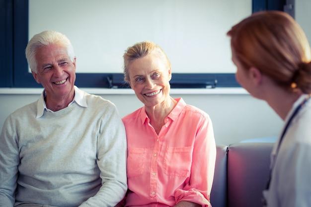 Médecin et couple de personnes âgées interagissant les uns avec les autres