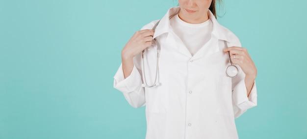 Médecin de cultures ajustant stéthoscope