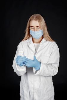 Médecin dans un masque médical. thème du coronavirus. isolé sur fond blanc. femme en tenue de protection.