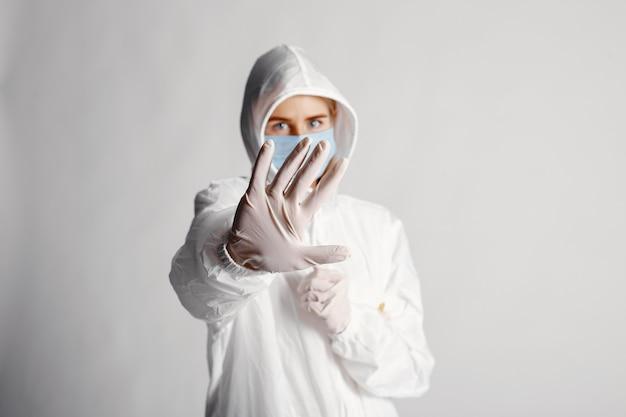 Médecin dans un masque médical. thème du coronavirus. isolé sur mur blanc