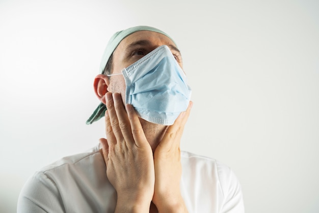 Médecin en difficulté et fatigué après une longue journée de travail à l'hôpital à cause du coronavirus covid-19