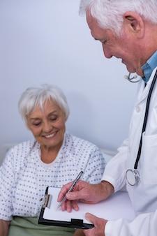 Médecin discutant du rapport médical avec un patient senior