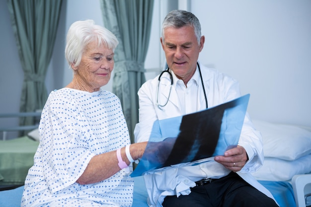 Médecin discutant du rapport de radiographie avec un patient senior