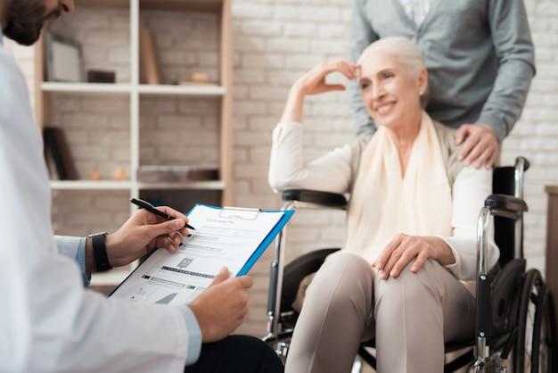 Le médecin dit les résultats de l'examen d'un patient âgé.