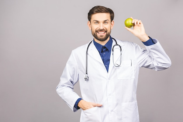 Médecin donnant le concept de pomme pour une alimentation saine et un mode de vie ou une bonne alimentation