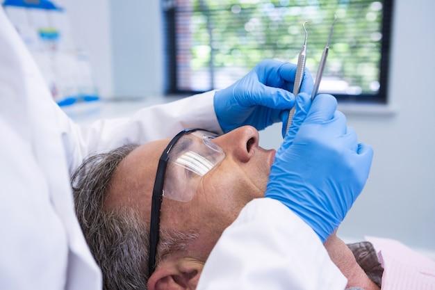 Médecin donnant un traitement dentaire au patient