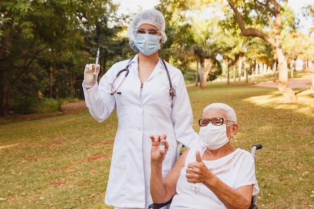 Médecin donnant une vaccination à une femme âgée. protection antivirus