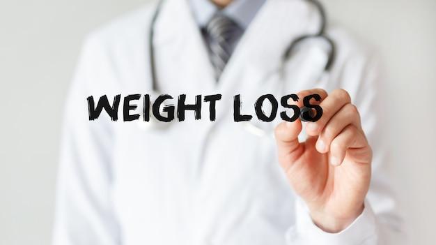 Médecin écrit mot perte de poids avec marqueur