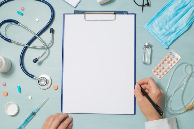 Le médecin écrit une ordonnance sur un papier vide