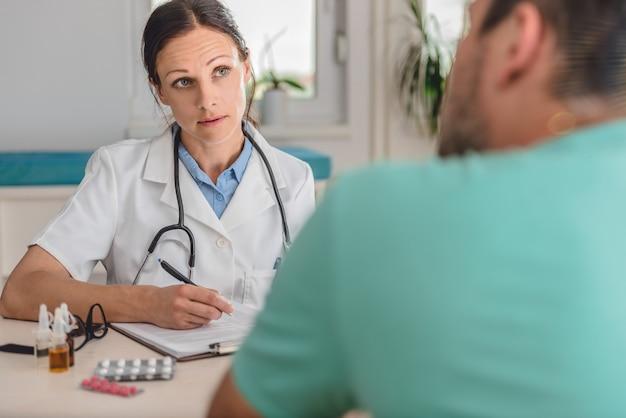 Médecin écrit une ordonnance