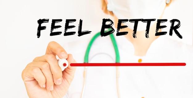 Le médecin écrit le texte pour se sentir mieux avec un concept médical de marqueur
