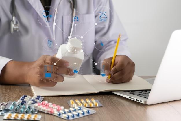 Médecin écrivant une ordonnance