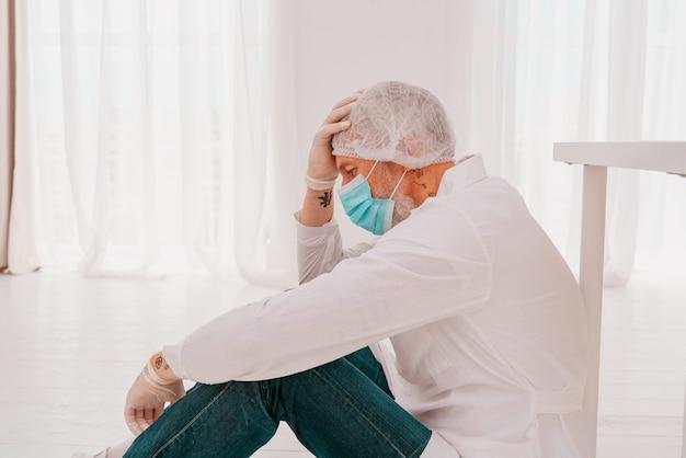 Le médecin est fatigué et stressé en raison de la pandémie de virus covid