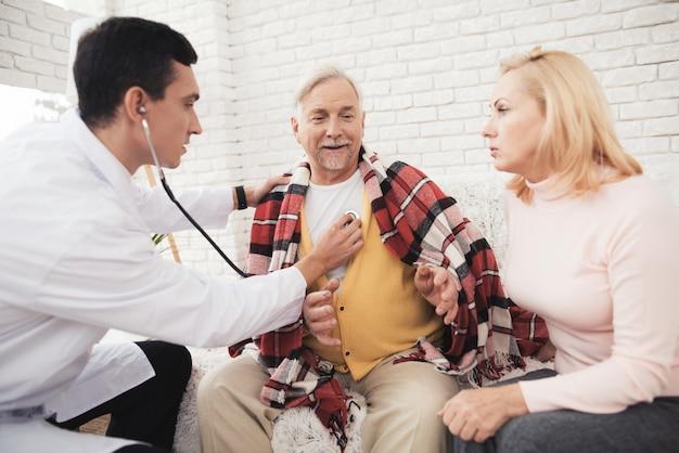 Un médecin est venu voir le vieil homme vêtu d'un gilet jaune.