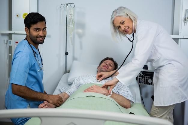 Médecin et examen d'un patient à l'hôpital