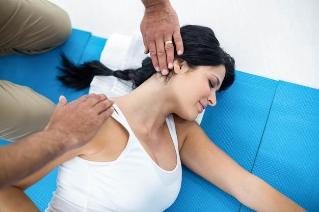 Médecin examinant et donnant une physiothérapie à une femme enceinte
