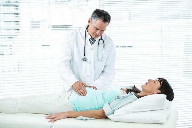 Médecin examinant une femme enceinte à l'hôpital