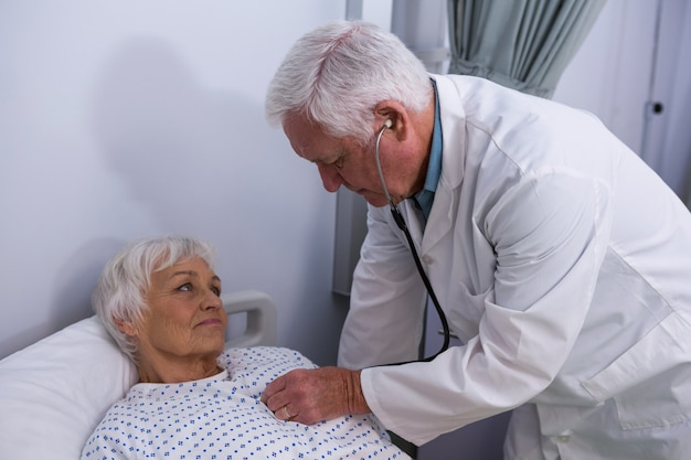 Médecin examinant un patient senior avec stéthoscope