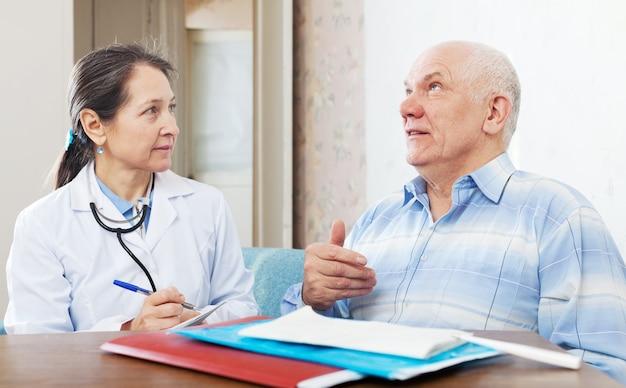 Médecin examinant le patient senior
