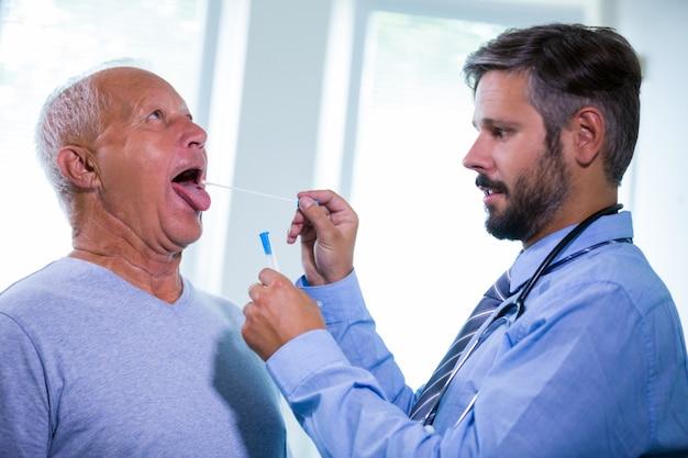 Médecin examinant un patient