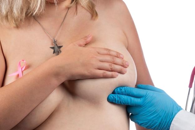Médecin examinant le sein de la femme avec la main pour des bosses ou d'autres anomalies