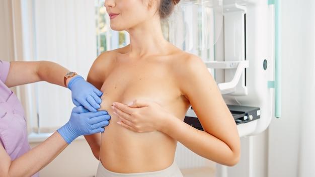 Médecin examinant le sein d'une femme