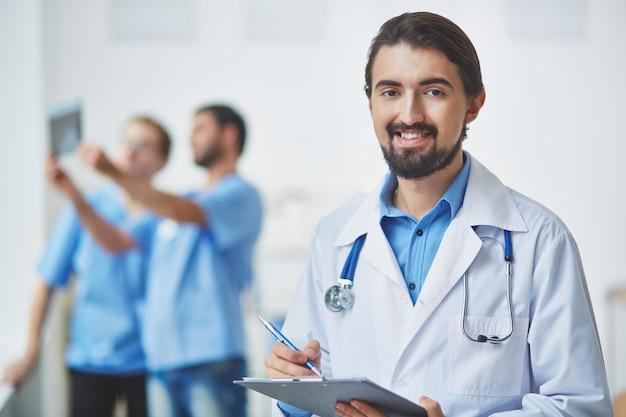 Médecin examinant ses notes