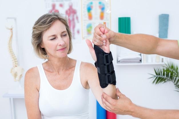 Médecin examinant ses patients poignet dans un cabinet médical